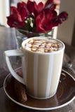 Café de la moca con llovizna de la leche y del chocolate foto de archivo libre de regalías