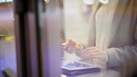 Café de la mujer joven o té y tableta de consumición hermosos con en café A cámara lenta almacen de video