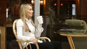 Café de la mujer joven o té y tableta de consumición felices con en una cafetería empresaria en un almuerzo de negocios almacen de metraje de vídeo