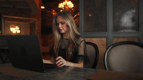 Café de la mujer joven y tableta de consumición felices con en café almacen de video