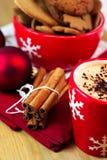 Café de la Navidad con cinamomo fotos de archivo libres de regalías