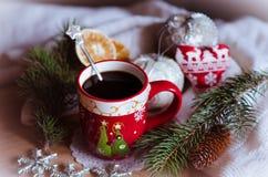 Café de la Navidad con los juguetes de la Navidad para el desayuno Foto de archivo