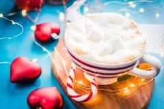 Café de la Navidad con la melcocha en un humor rayado rojo de la Navidad de la taza, Año Nuevo, días de fiesta, la Navidad, Imagenes de archivo