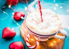 Café de la Navidad con la melcocha en un humor rayado rojo de la Navidad de la taza, Año Nuevo, días de fiesta, la Navidad, Fotografía de archivo