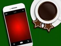 Café de la Navidad, pan de jengibre y teléfono móvil mintiendo en tableclo Imagen de archivo