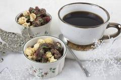 Café de la Navidad y palomitas escarchadas en cuencos del día de fiesta Fotografía de archivo libre de regalías