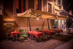 Café de la noche en la calle que camina Imagen de archivo libre de regalías