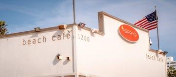 Café de la playa en Santa Monica Oceanfront - LOS ANGELES, los E.E.U.U. - 29 DE MARZO DE 2019 fotografía de archivo
