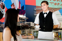 Café de la porción del camarero Fotos de archivo