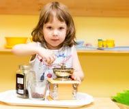 Café de la rutina de la niña en una amoladora de la mano Fotografía de archivo libre de regalías