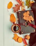Café de la taza con el libro en el atascamiento de cuero imagen de archivo libre de regalías