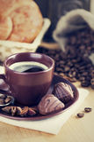 Café de la taza con las habas Foto de archivo libre de regalías