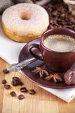 Café de la taza con los caramelos de chocolate Fotografía de archivo