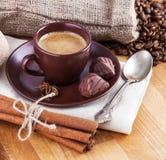 Café de la taza con los caramelos de chocolate Fotos de archivo libres de regalías