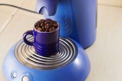Café de la taza de la máquina de café express Fotos de archivo libres de regalías