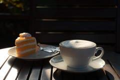 Café de la taza en el tiempo de mañana fotografía de archivo libre de regalías
