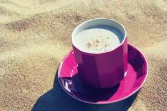 Café de la taza en la arena Imagen de archivo