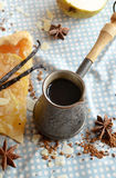 Café de la vainilla en el cezve tradicional con un pedazo de torta de la pera Imagen de archivo libre de regalías