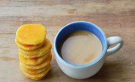 Café de lait et mini crêpe sur la table Photographie stock