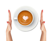 Café de Latte avec des mains de symbole et de femme de coeur d'isolement sur le blanc image stock