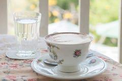 Café de latte d'art de café dans la tasse de vintage sur le tabel avec un gla Photographie stock