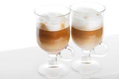 Café de Latte, deux tasses avec des poignées sur le blanc images stock