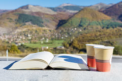 Café de lecture et potable dans la montagne d'automne Photographie stock