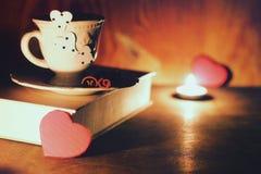 Café de livre de jour de valentines Photographie stock libre de droits