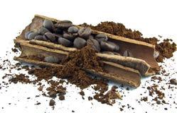 Café de los granos de café, del canela y molido Foto de archivo libre de regalías
