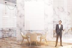 Café de luxe de marbre blanc avec une affiche, avant, homme Photographie stock