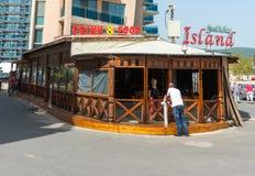Café de madera en el terraplén en Sunny Beach en Bulgaria Foto de archivo