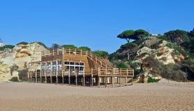 Café de madera de la playa en Albufeira en Portugal imagen de archivo