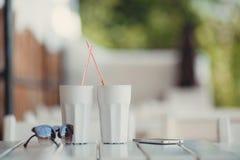 Café de matin à une table en café d'été Photographie stock
