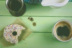 Café de matin avec le beignet dans le rétro style photo stock