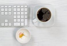 Café de matin dans le bureau avec des suppléments quotidiens Image libre de droits