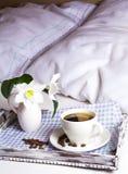 Café de matin dans le lit sur le plateau en bois rustique de portion Photographie stock
