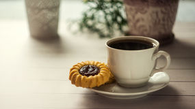 Café de matin Expresso sur la table dans la lumière du soleil, petit déjeuner dehors Photographie stock libre de droits