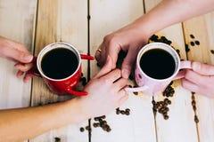 Café de matin pour des couples dans l'amour Vue supérieure Photographie stock libre de droits