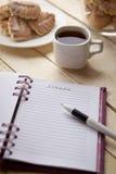Café de matin tout en faisant des notes Image stock