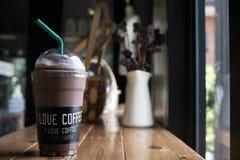 Café de milk-shake de moka avec le label de café d'amour d'I sur une tasse dans un lovel photo libre de droits