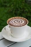 Café de modèle de conception dans une tasse blanche Images stock