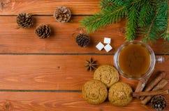 Café de Noël sur la table en bois, l'espace pour le texte images libres de droits