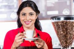 Café de ofrecimiento del barista indio fotografía de archivo libre de regalías