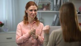 Café de ofrecimiento de la mujer sorda al amigo, comunicación en el lenguaje de signos, diálogo almacen de metraje de vídeo
