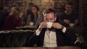 Café de pensamento e bebendo do homem de negócios no café vídeos de arquivo