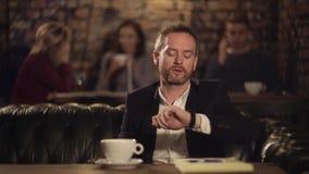 Café de pensamento e bebendo do homem no café video estoque