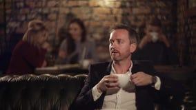 Café de pensamento e bebendo do homem no café vídeos de arquivo