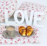 Café de petit déjeuner, croissants et lettres d'amour en bois Images libres de droits