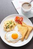 Café de petit déjeuner, oeuf au plat frais et oeuf brouillé avec du pain Photographie stock libre de droits