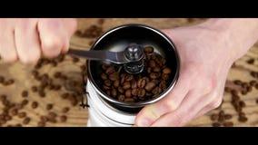 Café de pulido Granos de café de pulido con el molino metrajes